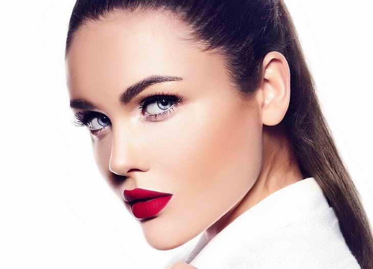 макияж губ для брюнеток