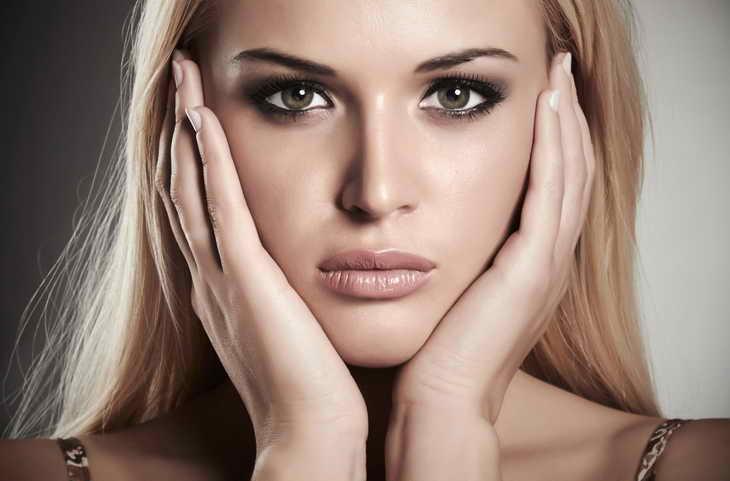 легкий макияж для карих глаз для блондинки