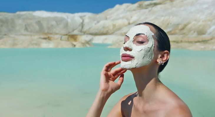 Голубая глина для лица: польза, рецепты масок и правила нанесения