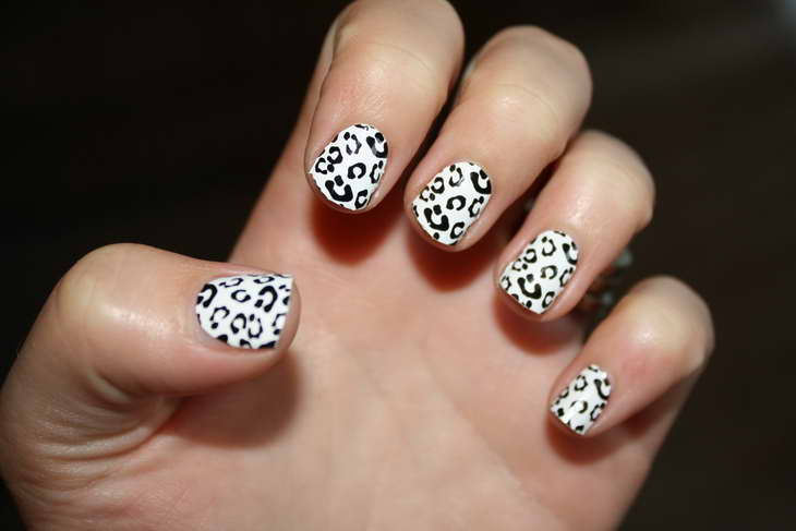 леопардовый маникюр белый