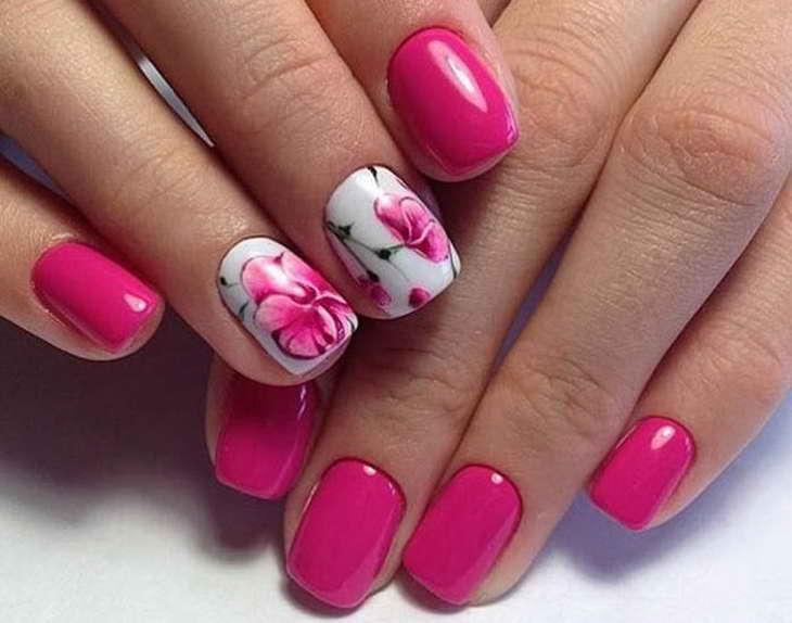 малиновый маникюр с цветами