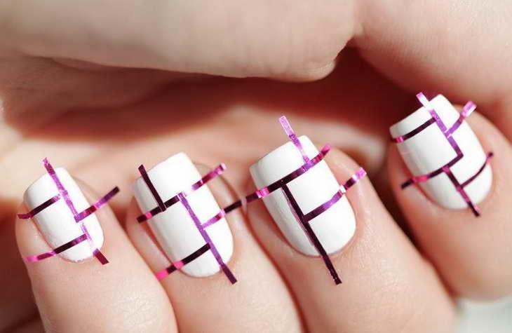 маникюр с помощью ленты для дизайна ногтей