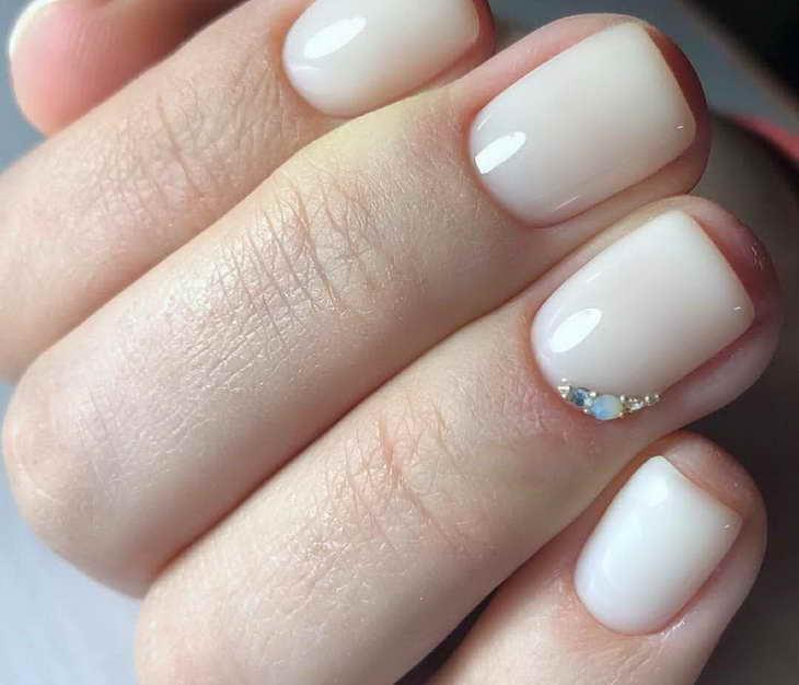 молочный маникюр на короткие ногти