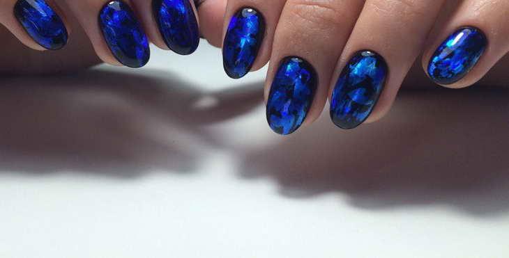 мраморный маникюр синий