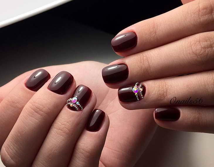 вишневый маникюр на короткие ногти